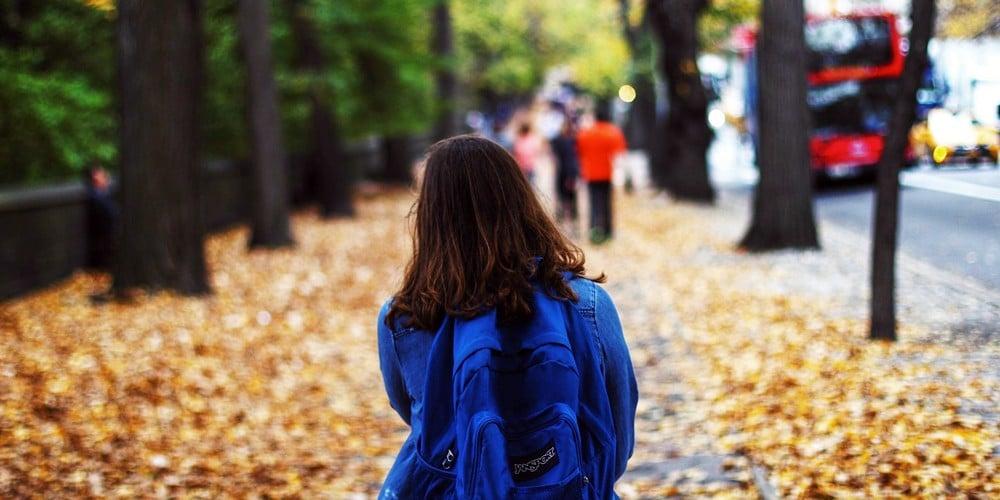 Mulher caminhando sozinha.