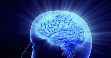 Cérebro humano expelindo energia