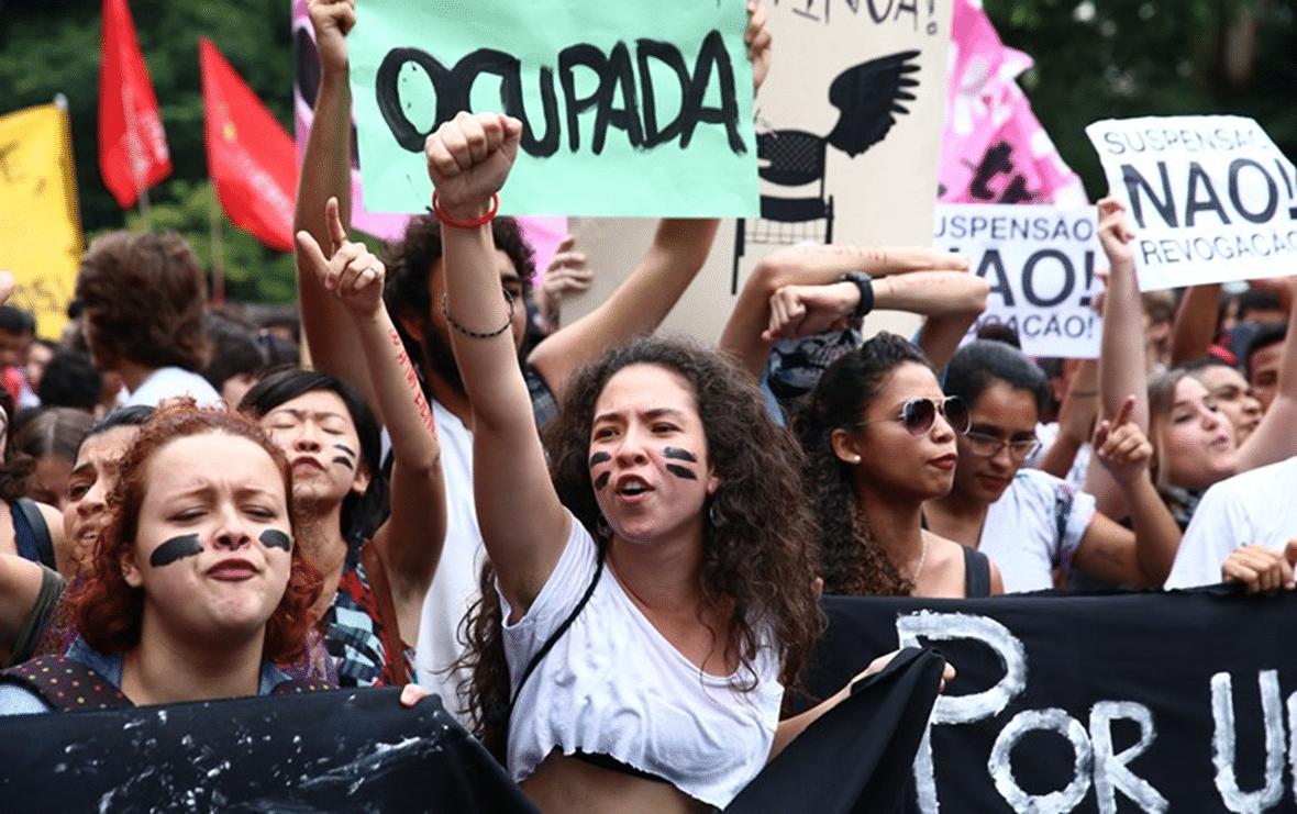 Jovens fazendo manifestação.