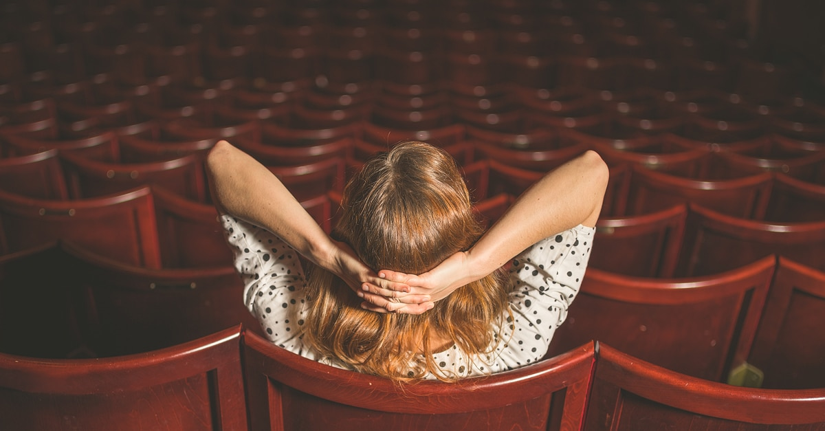 Mulher sozinha no cinema.