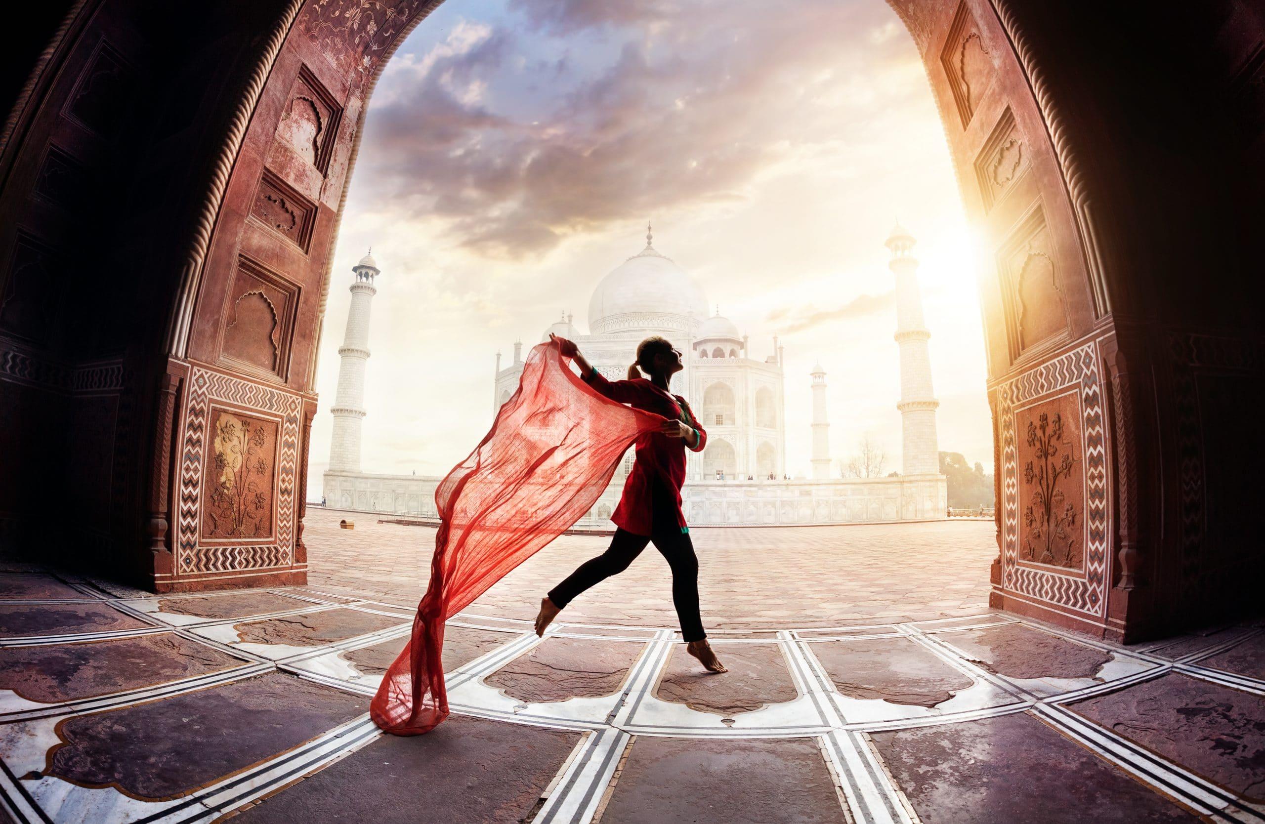 Pessoa dançando em frente ao Taj Mahal.