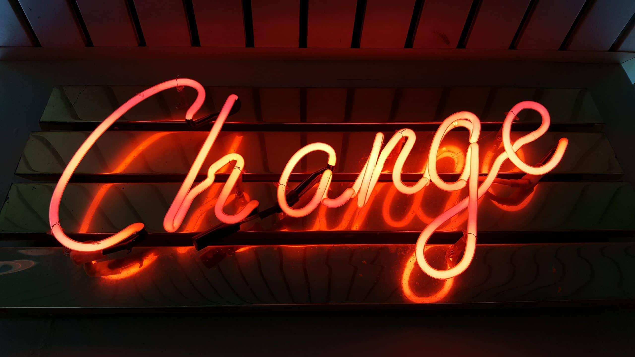 """Placa escrito """"change""""."""
