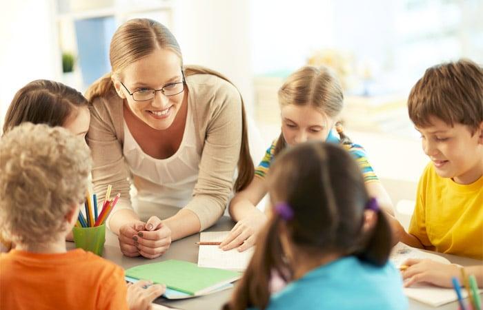 Professora conversando com alunos.