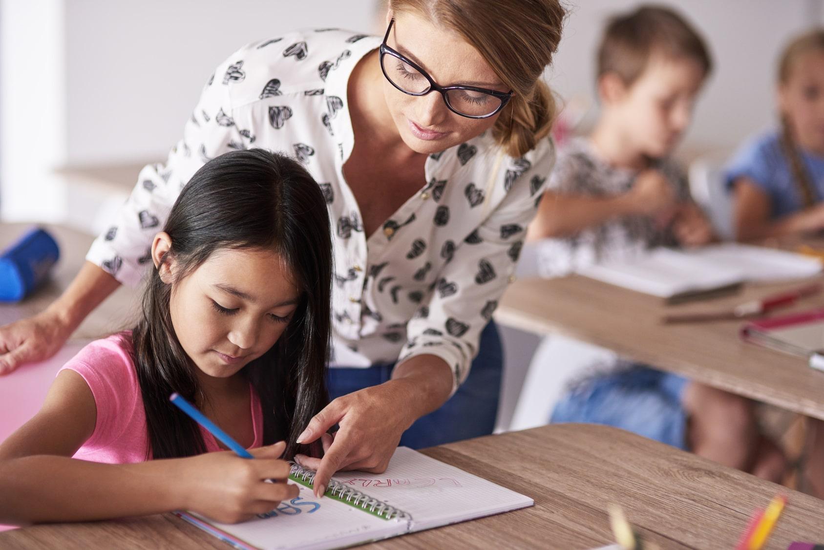 Professora ensinando aluna.