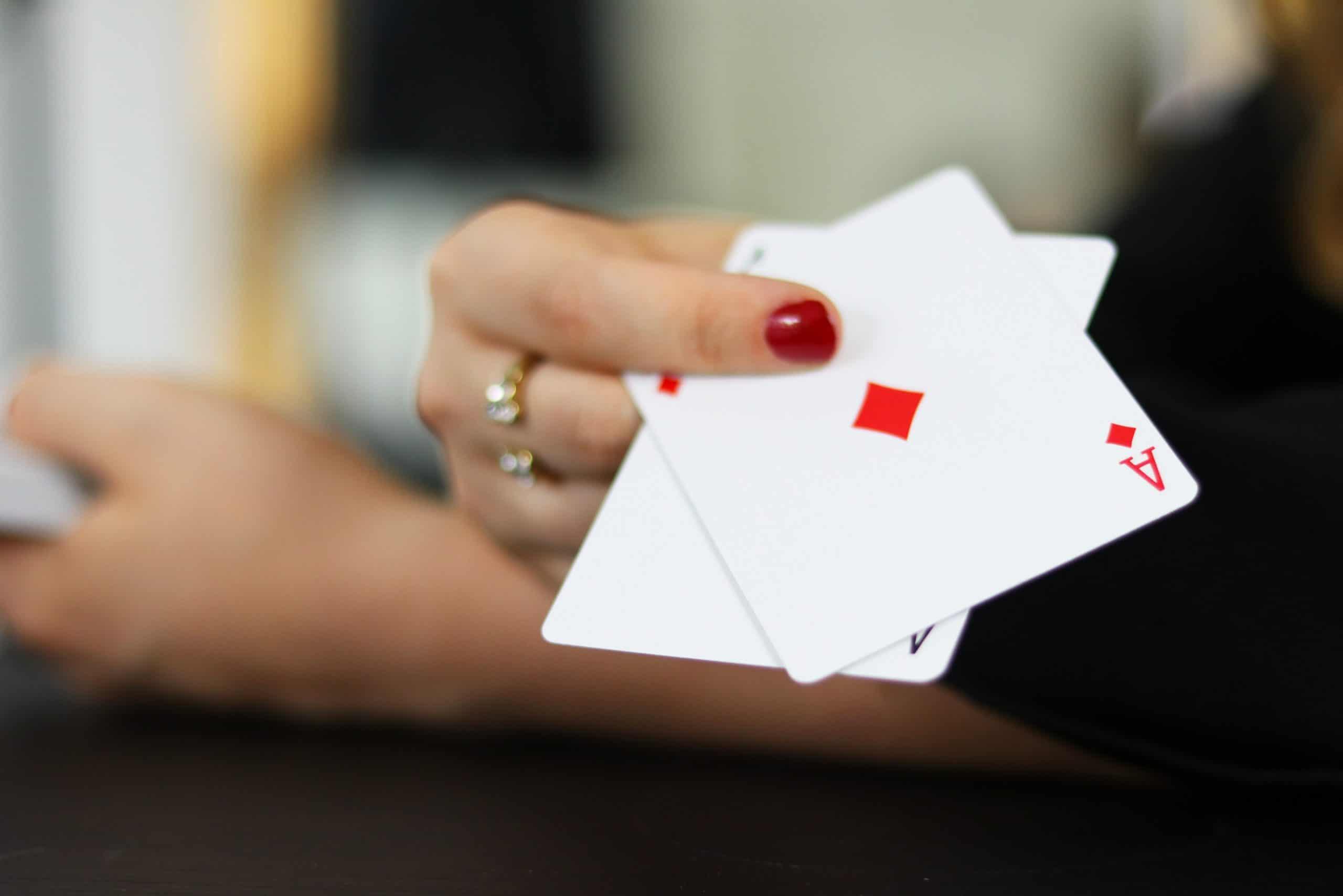 Mão com cartas de baralho