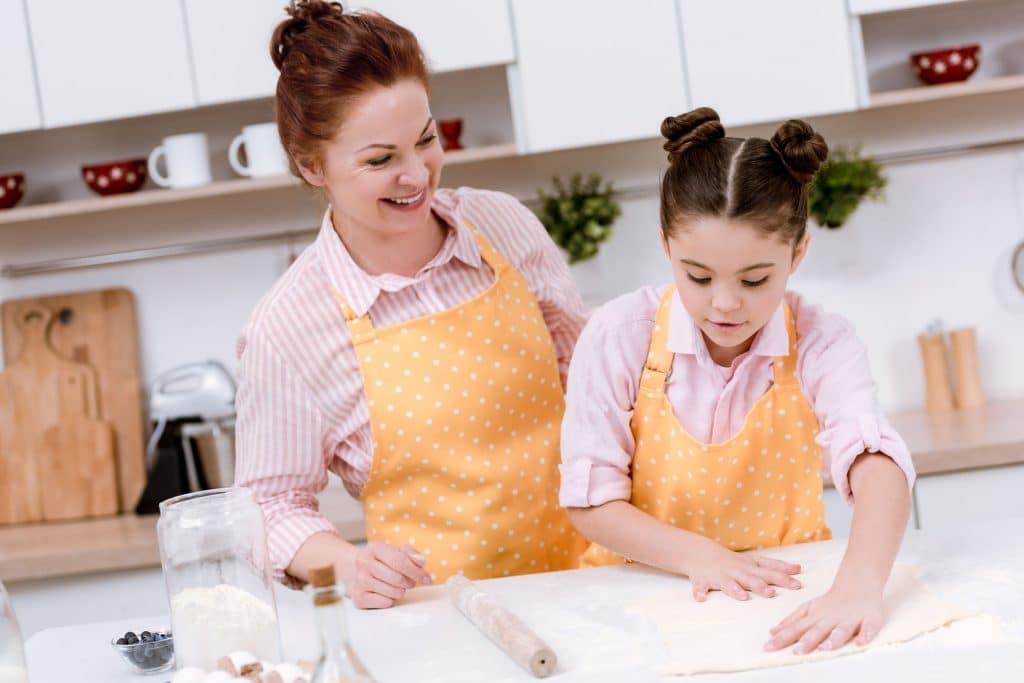 avó e neta cozinhando