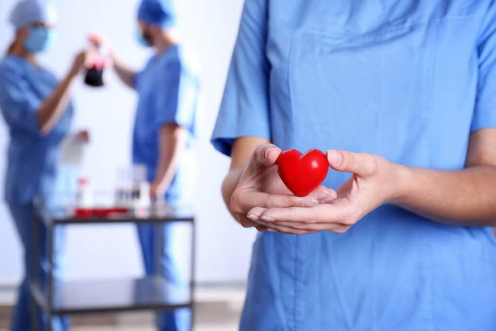 Enfermeira segurando coração de mentira