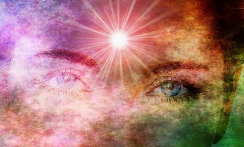 Ilustração de mulher em conexão mental com o universo.
