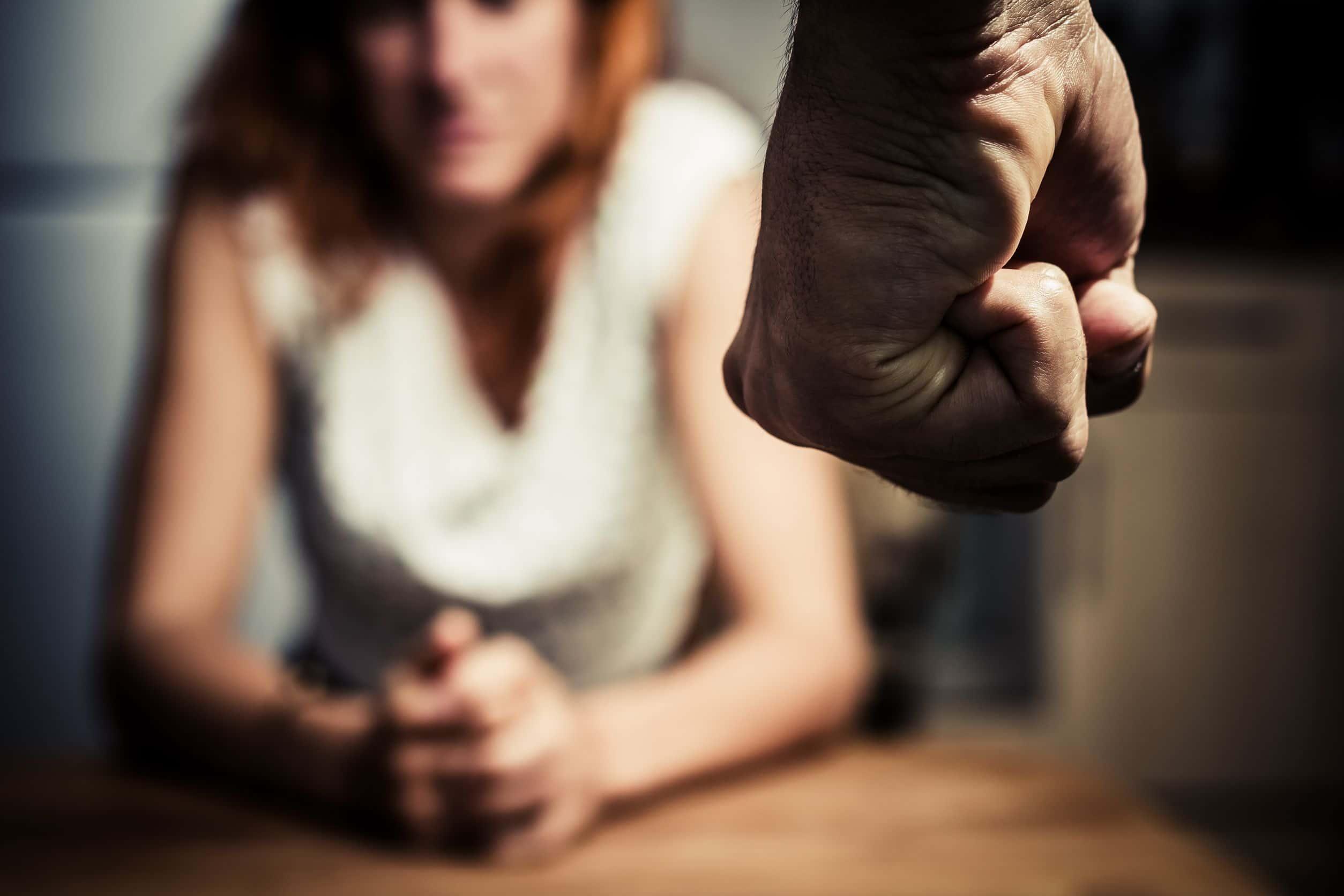 Mulher encarando o punho de um homem.