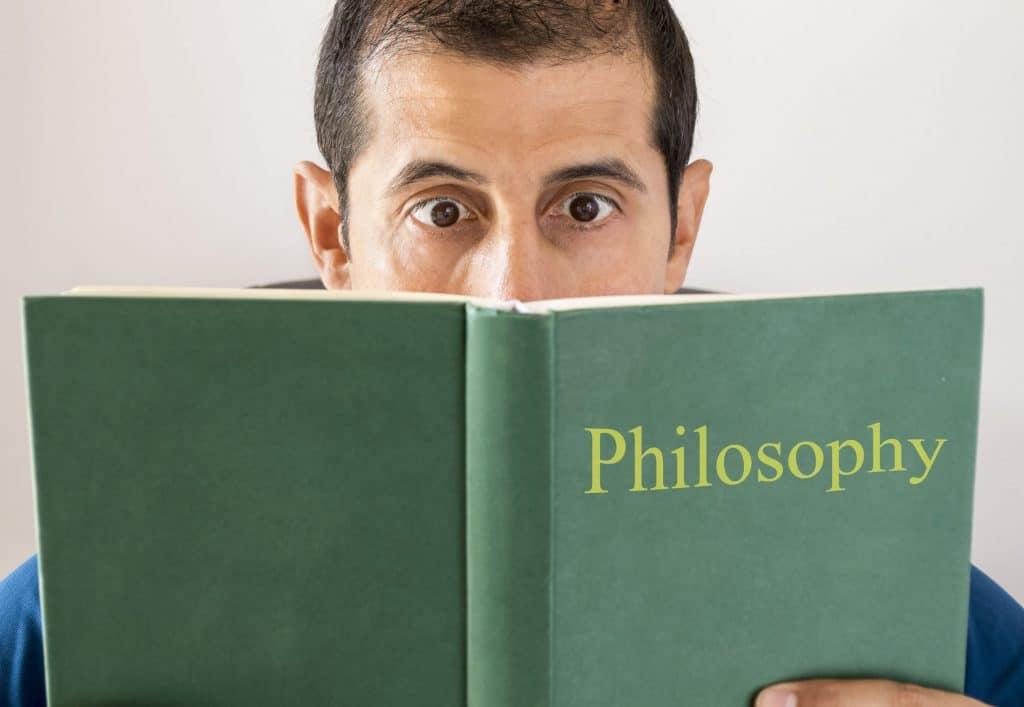 Homem estudando filosofia