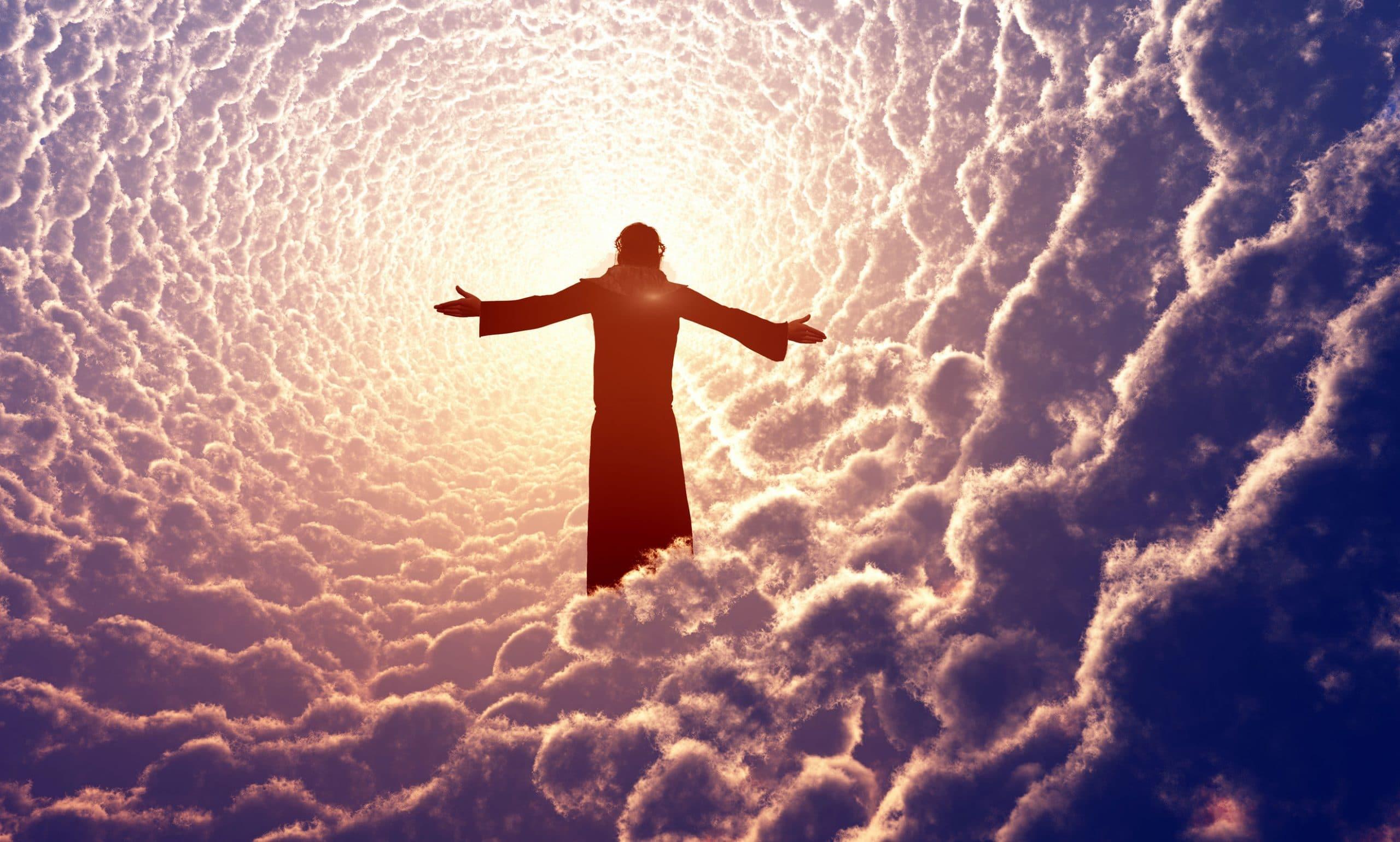 Silhueta de um ser de braços abertos em meio às nuvens.