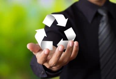 Homem segurando simbolo da sustentabilidade.