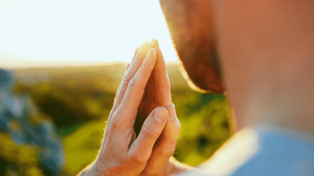 Homem observando a paisagem e orando