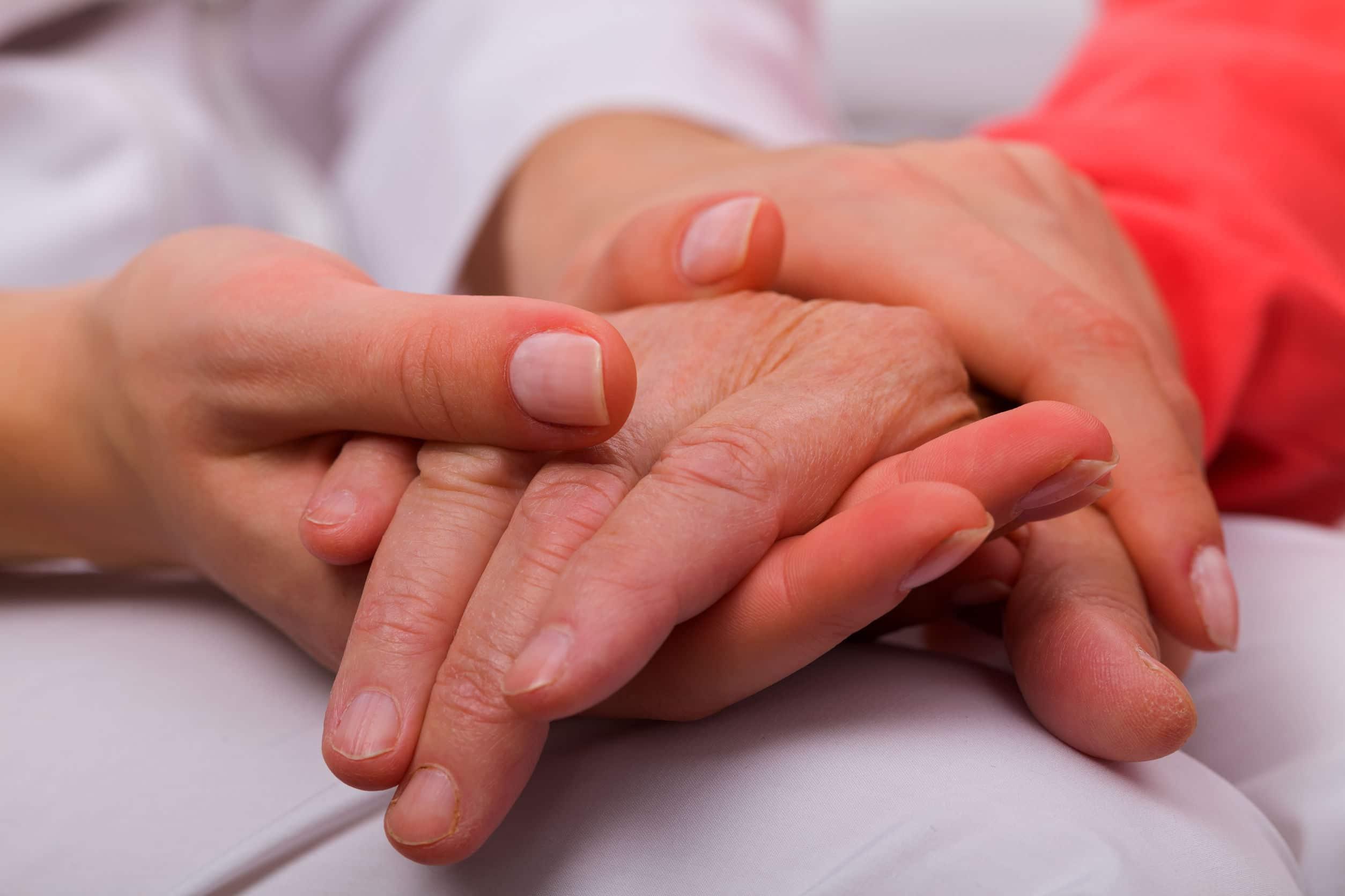 Duas mãos dadas.