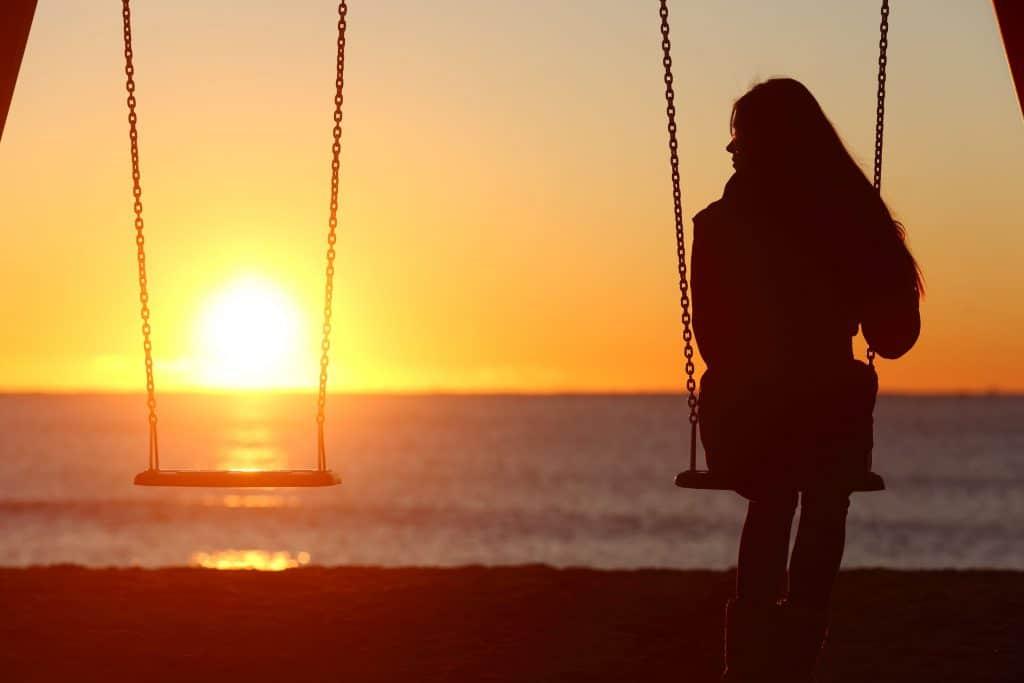 menina sozinha no balanço