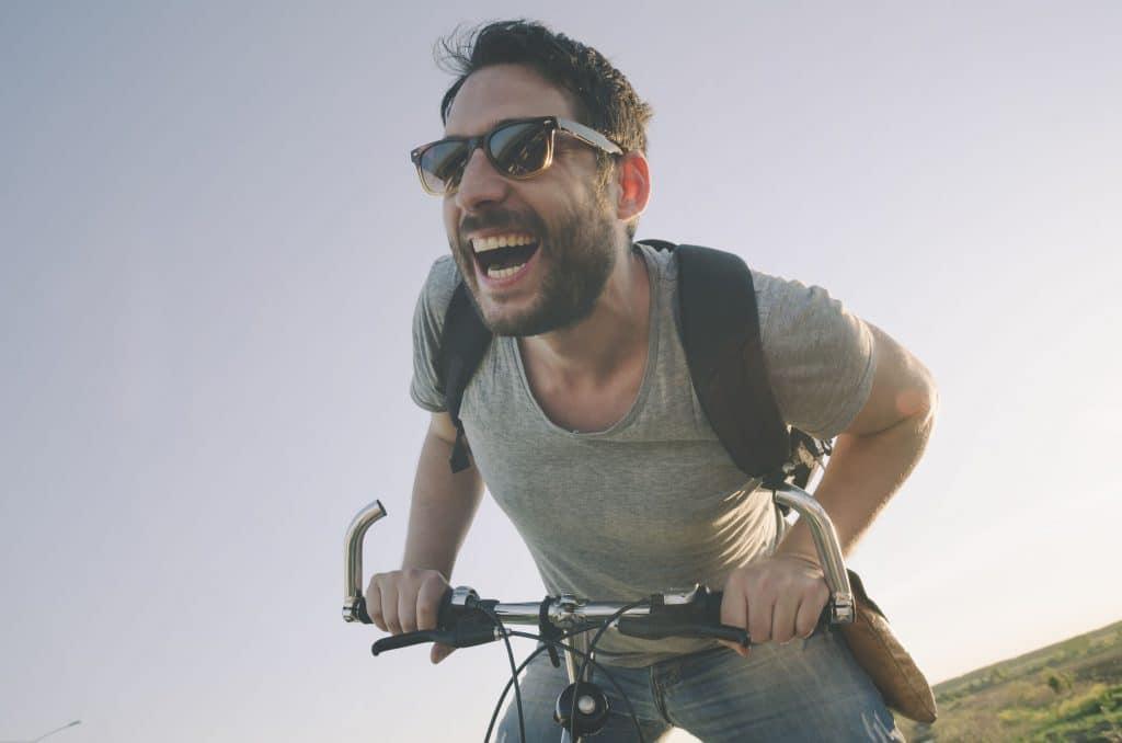 homem feliz andando de bicicleta