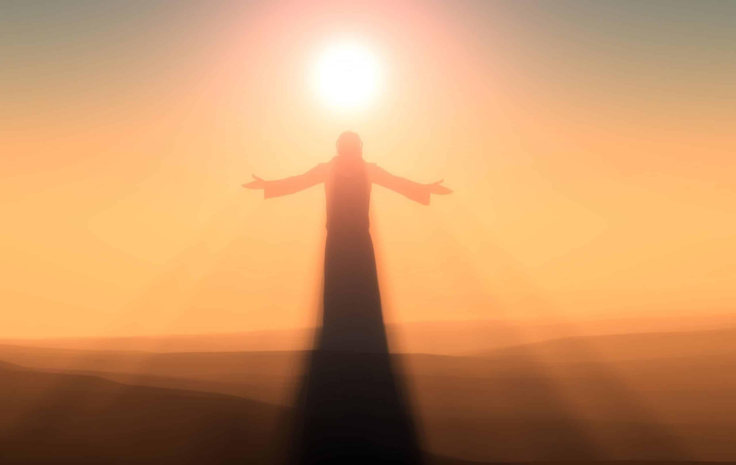 Silhueta de um ser com braços abertos sob o pôr do sol.
