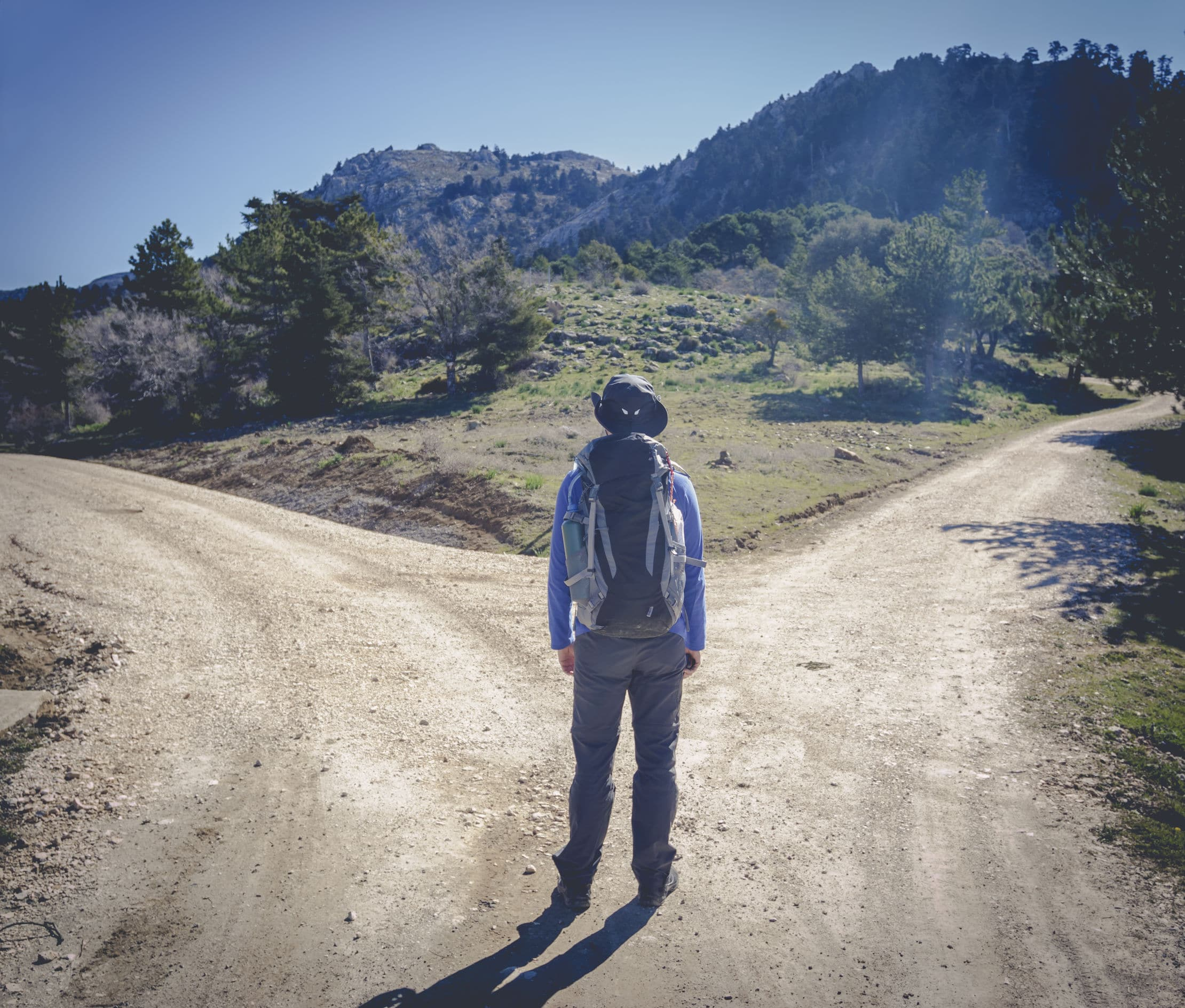Homem em frente a duas vias de estrada.