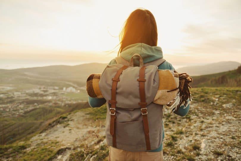 Menina viajando.