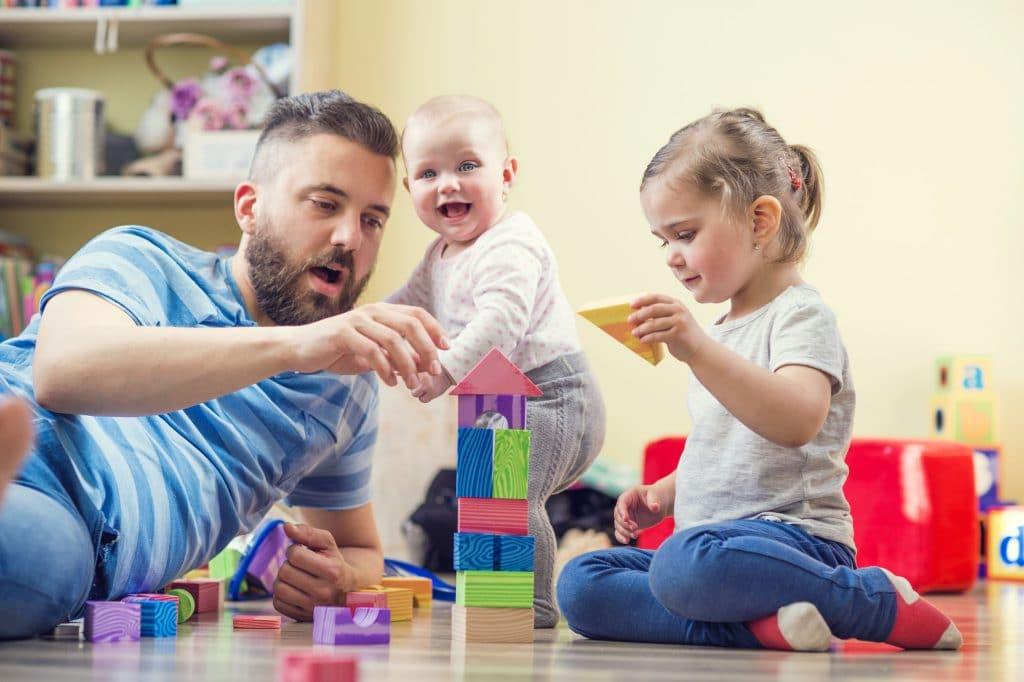 Pai com duas filhas