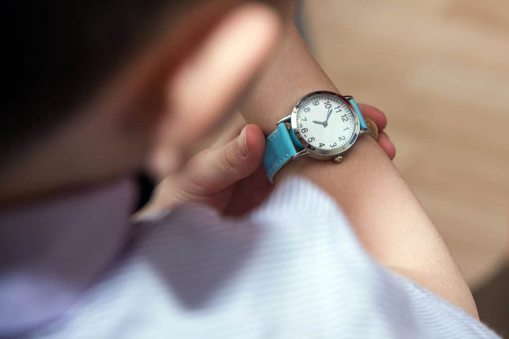 Homem olhando as horas