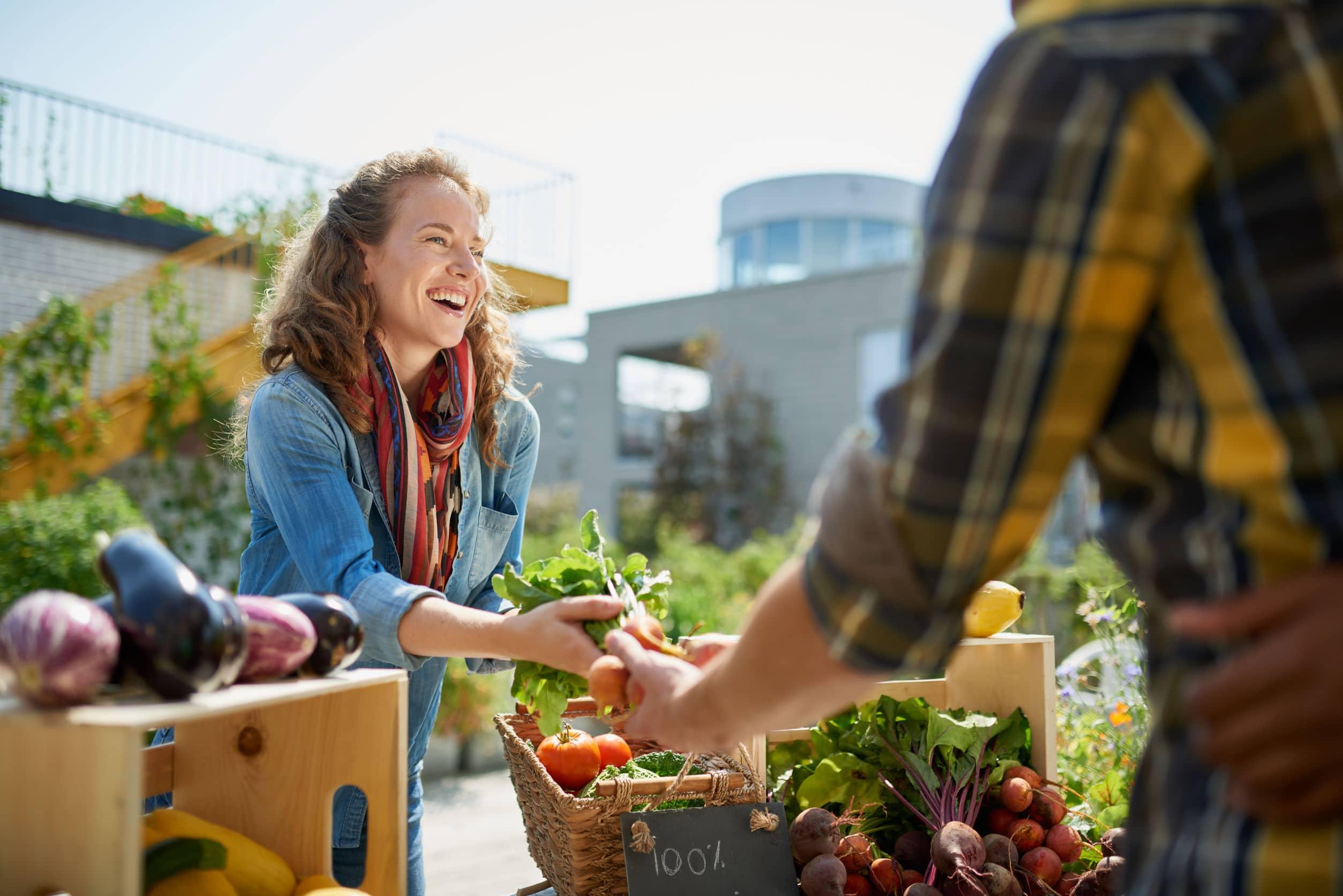 Mulher comprando vegetais.
