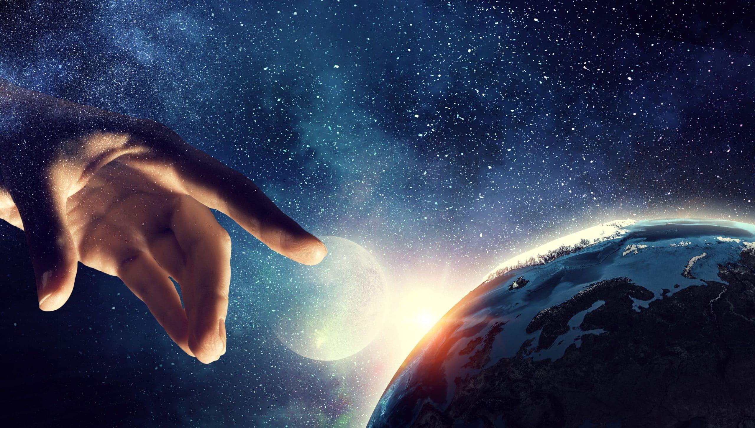 Imagem ilustra uma mão humana quase tocando a Terra.