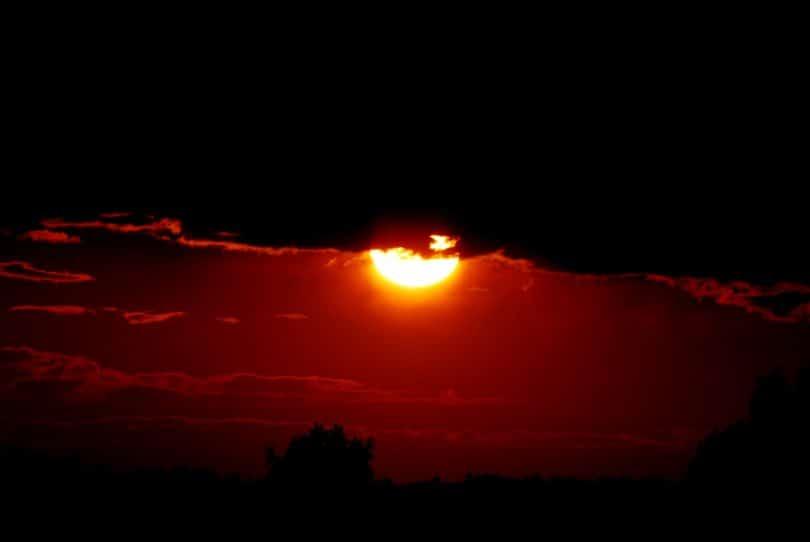Pôr-do-sol escuro.