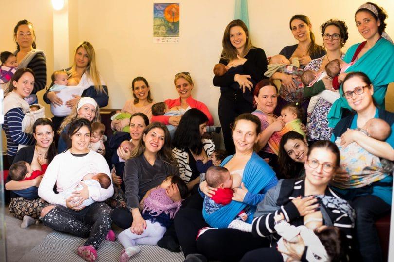 Grupo de mães com bebês em seus slings