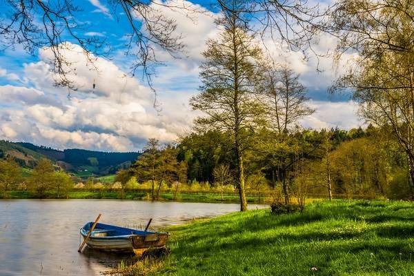 barco em um lago