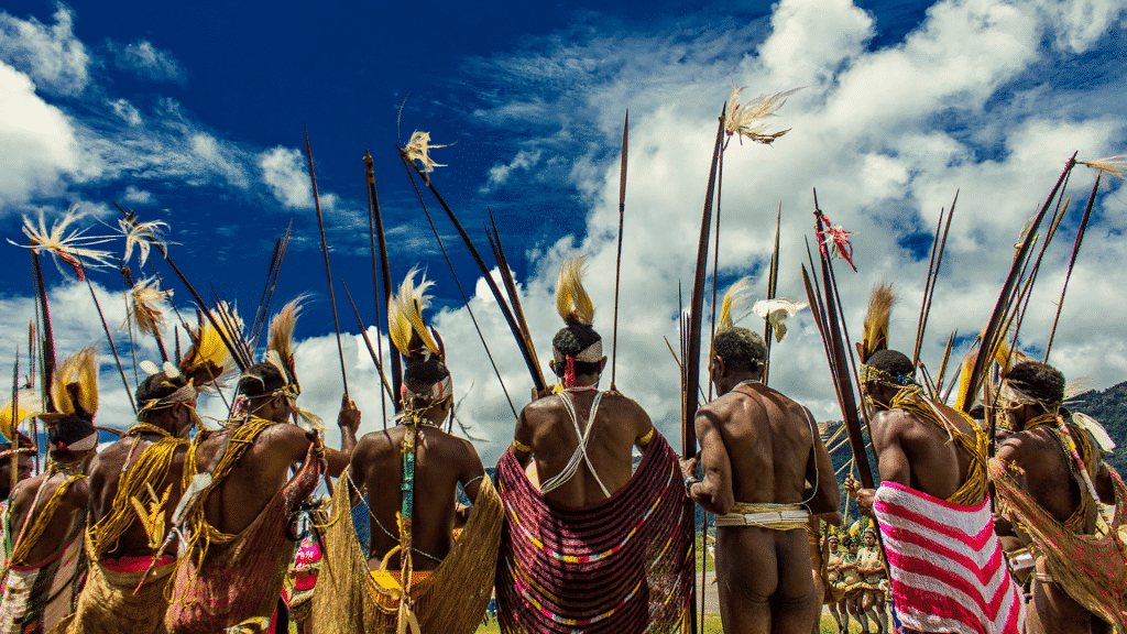 Homens de uma tribo indígena de costas