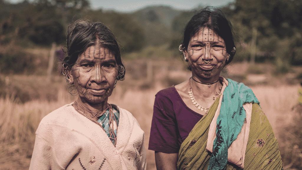 Duas mulheres indígenas com tatuagens e piercings no rosto