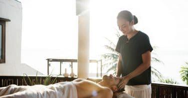 Homem em spa recebendo massagem
