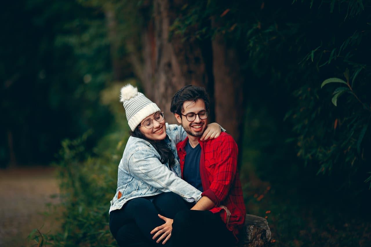 Casal sentado abraçado