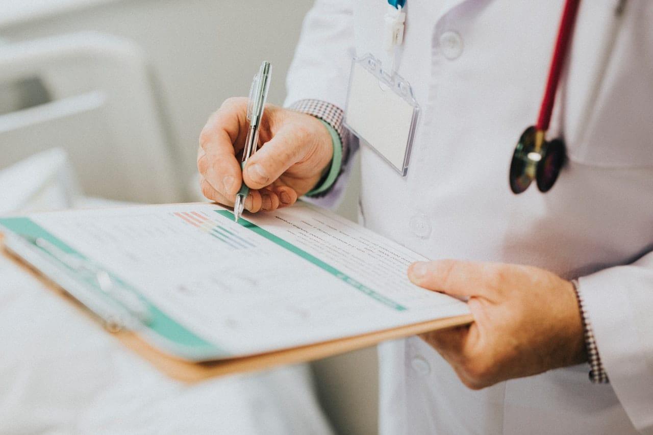 Médico assinando prontuário