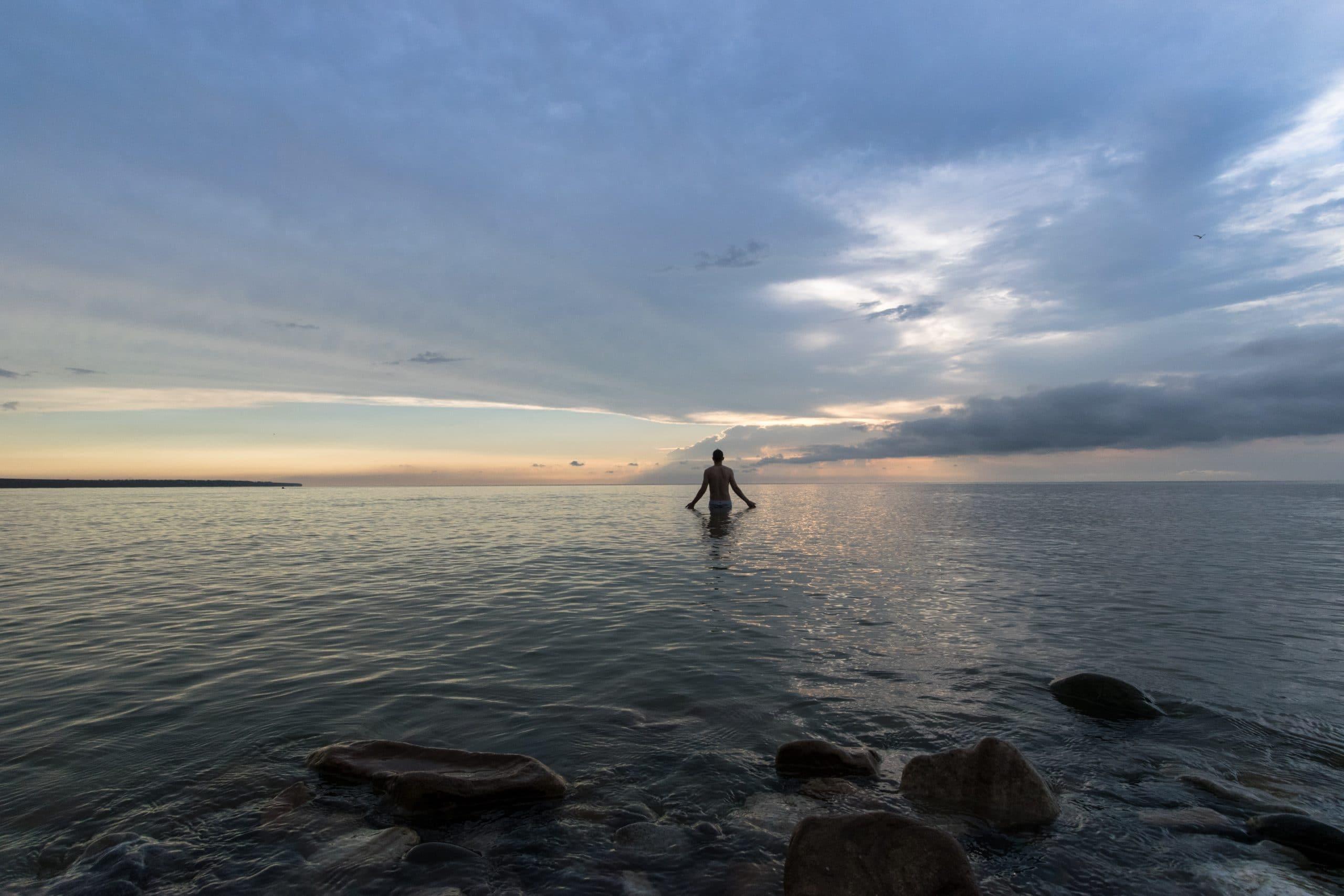 Homem de costas no mar