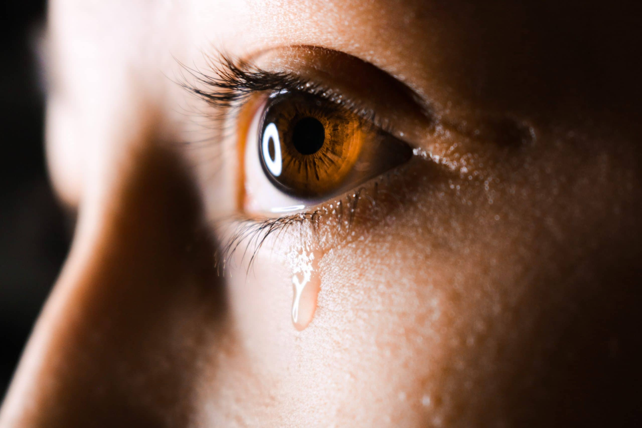 Olho com lágrima escorrendo