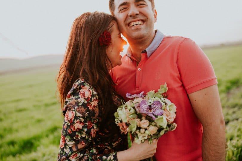Casal abraçado sorrindo