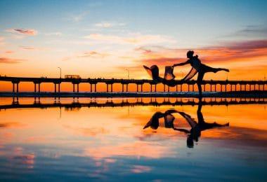 Mulher dançando sobre a água