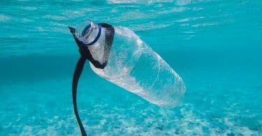 Garrafa de plástico na água