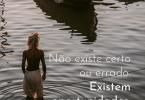 """Imagem de jovem em lago, com a frase """"Não existe certo ou errado, existem oportunidades"""" escrita em branco."""