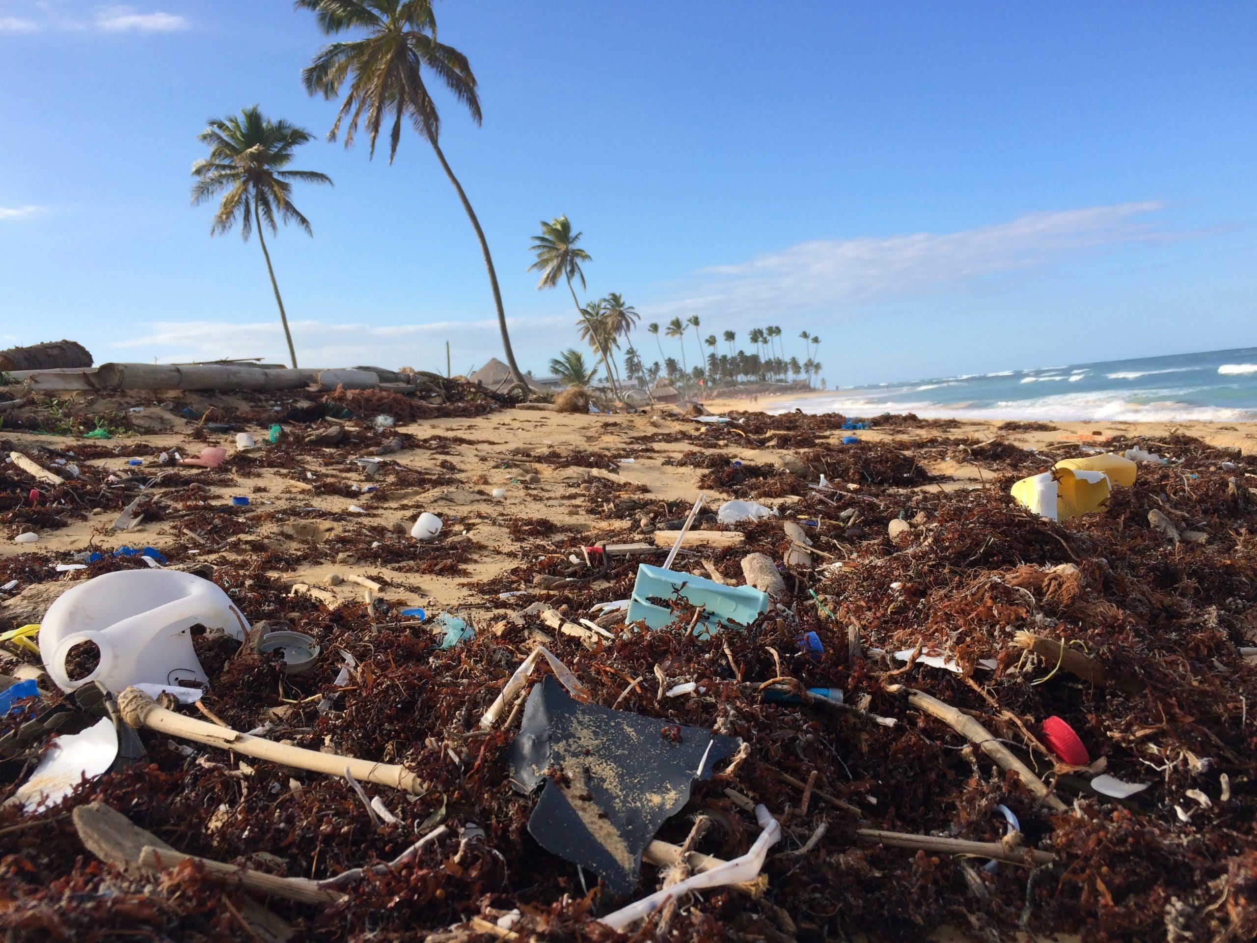 Praia com lixo humano