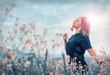 Mulher em campo com flores
