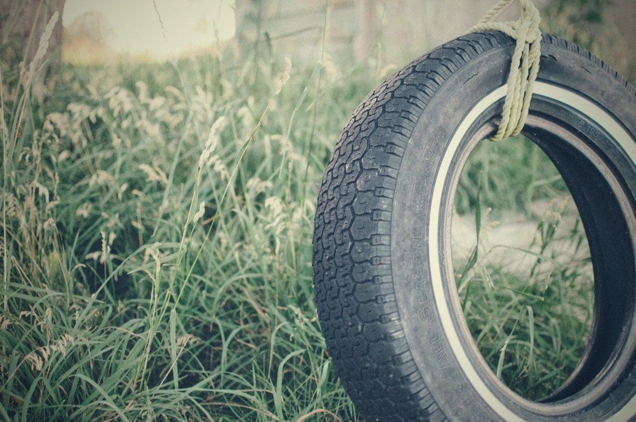 Balanço feito de pneu de carro