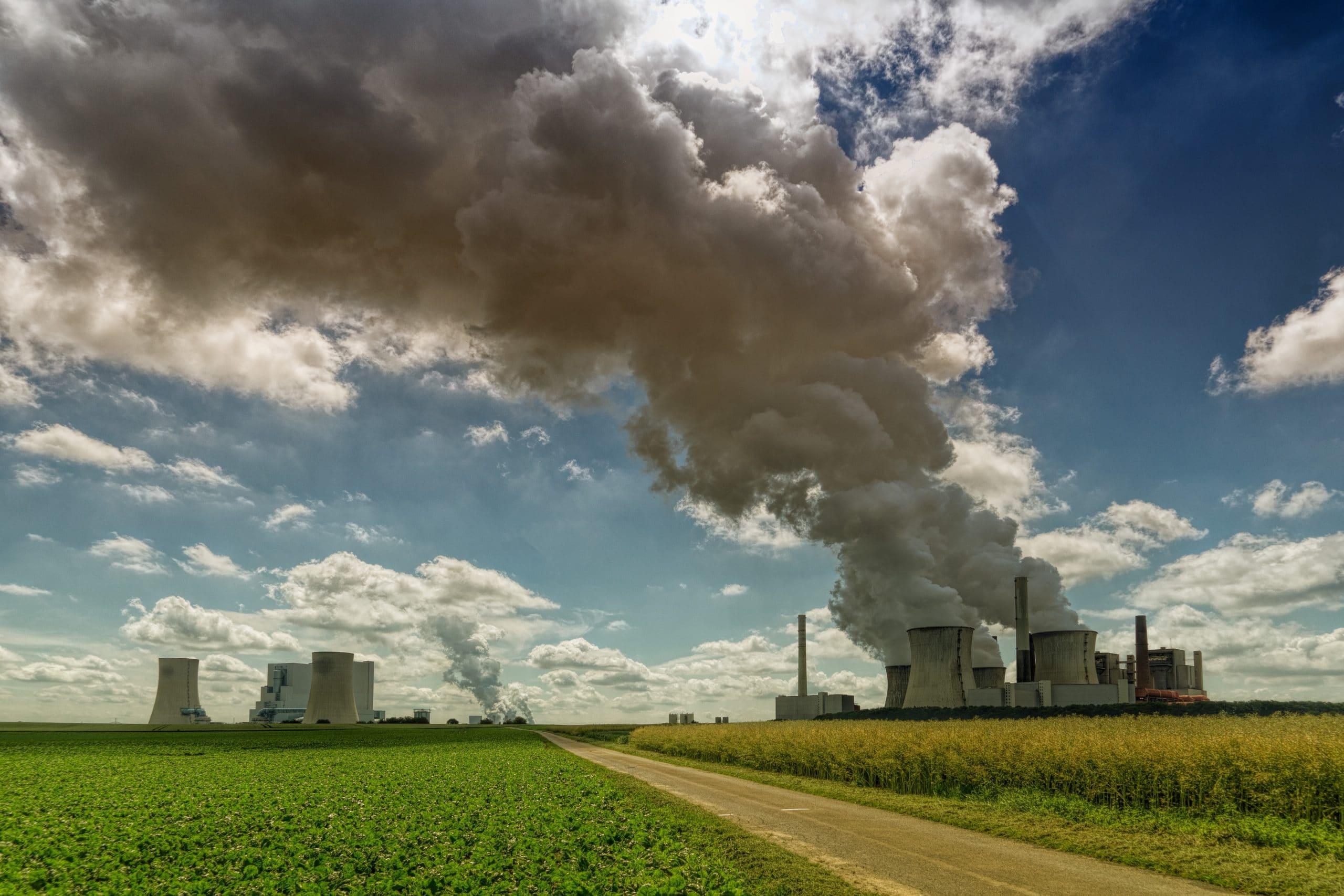 Fumaça de usina sendo liberada