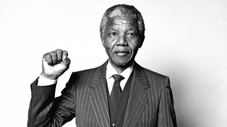 Nelson Mandela com o punho levantado.