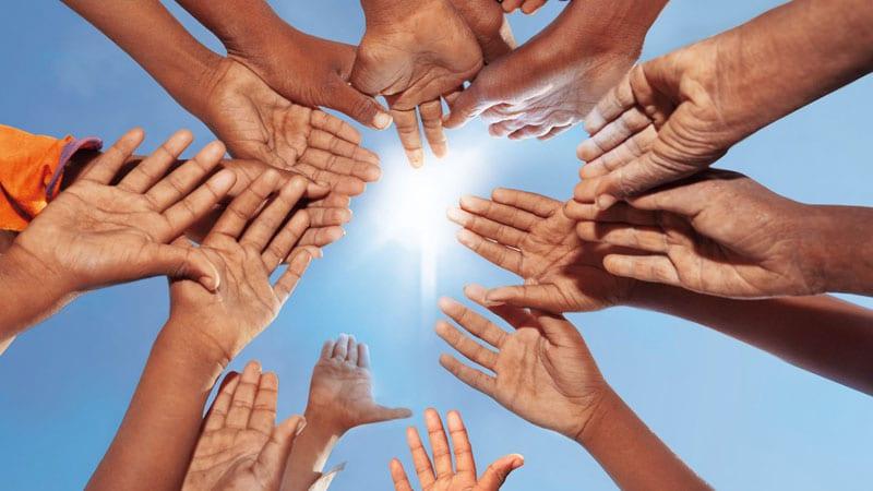 Mãos juntas levantadas para o Sol.