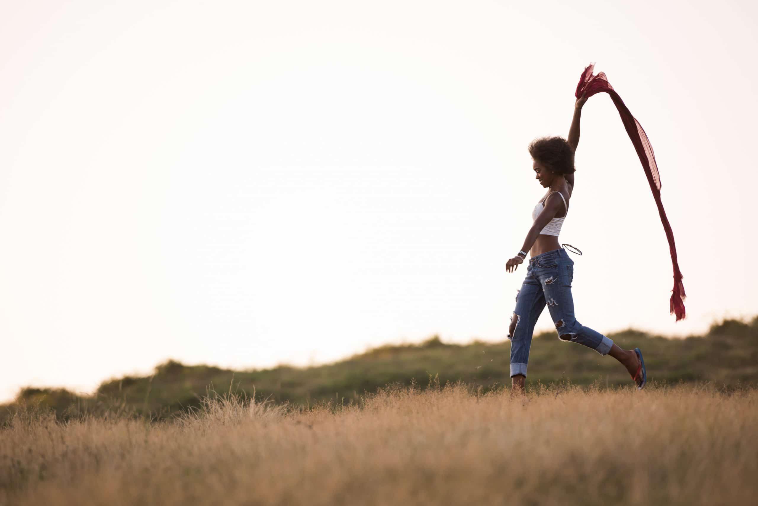 Mulher dançando com lenço vermelho.