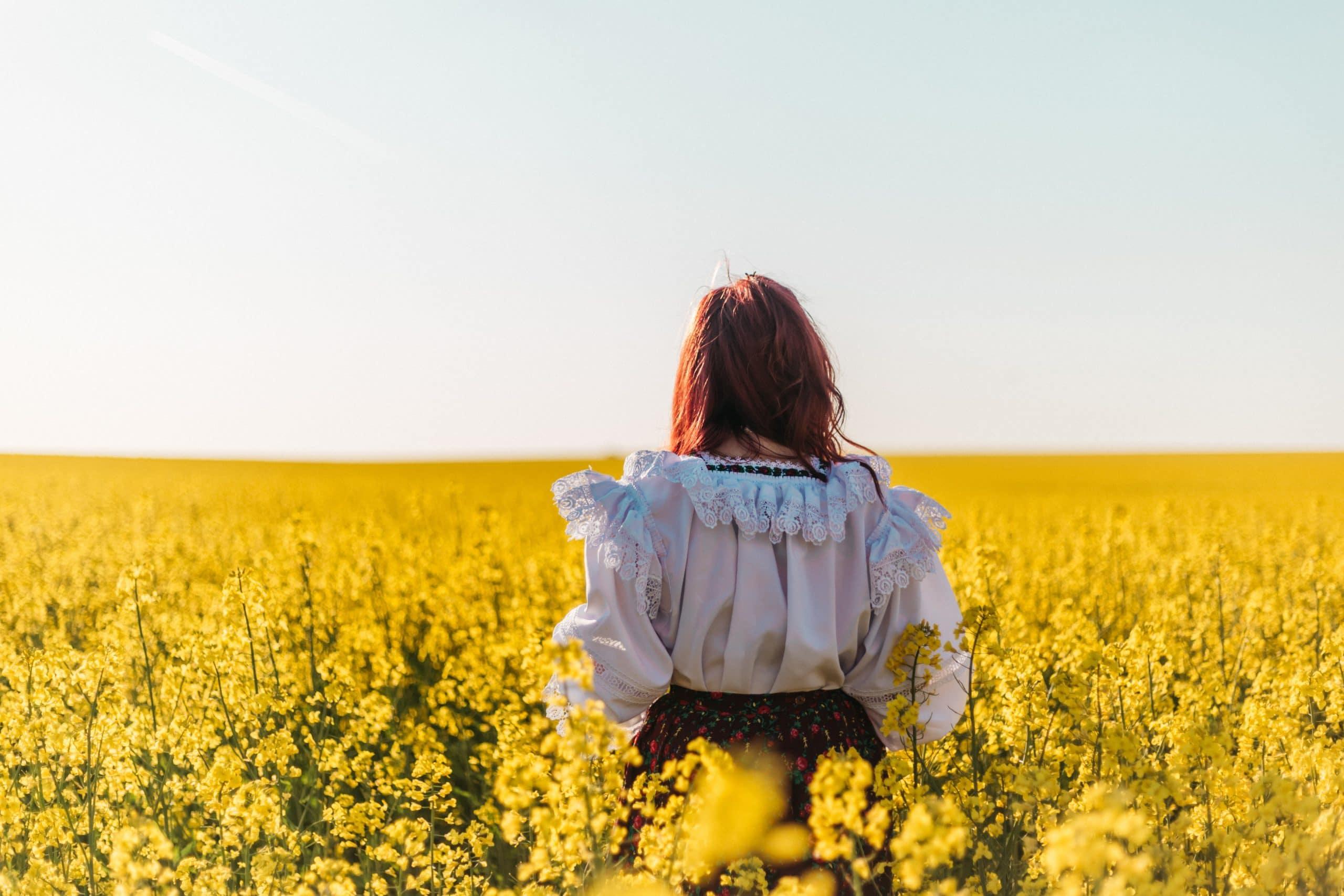 Mulher em um campo de flores.