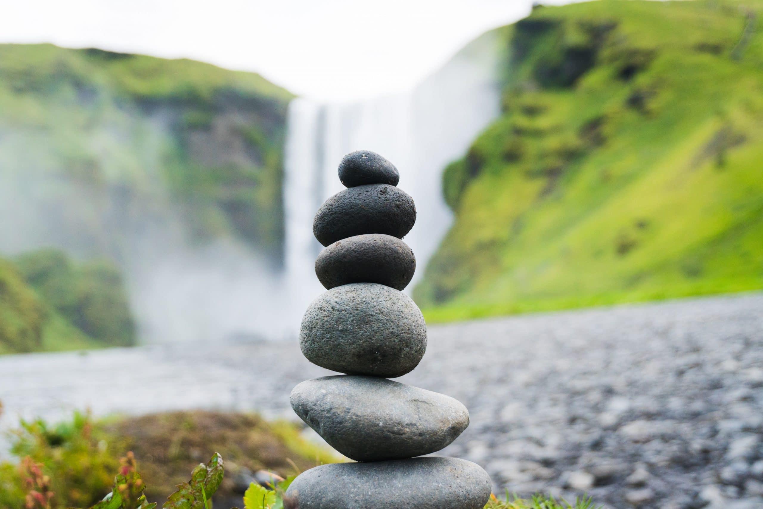 Pedras equilibradas na frente de cachoeira